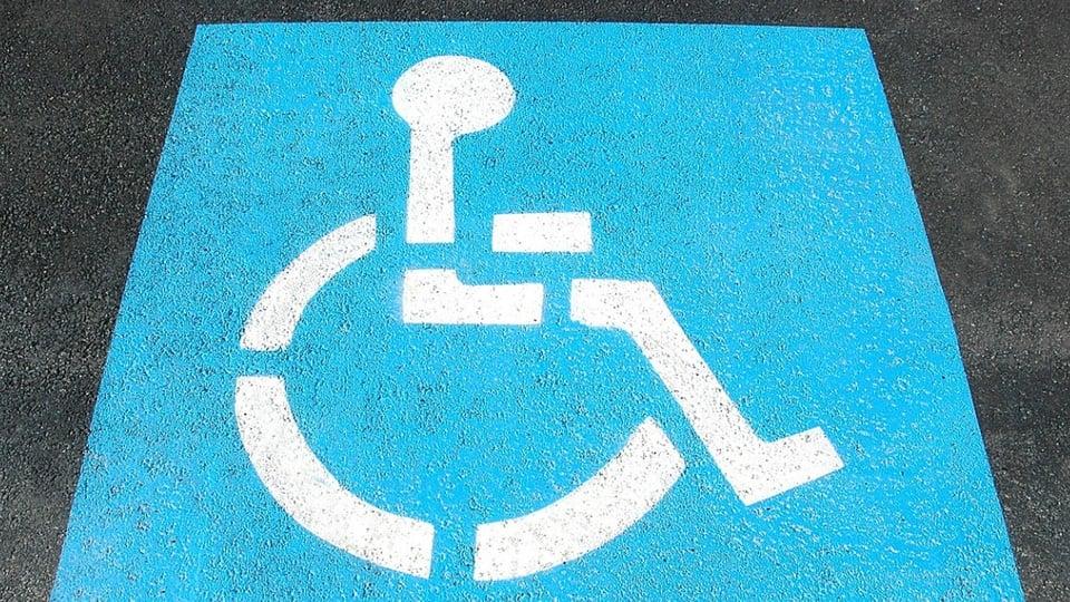 Isenção de taxas para PcDs na Bahia: faixa no asfalto que indica estacionamento reservado para pessoas com deficiência