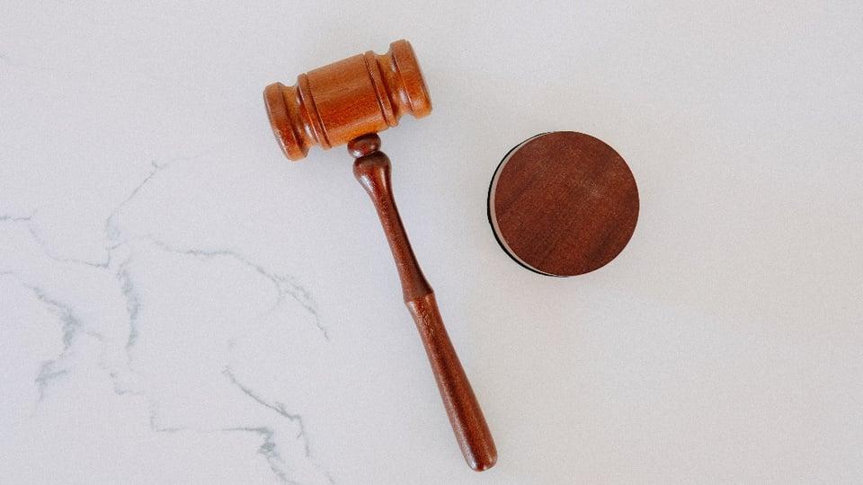 Jovem com erro em inscrição de concurso será indenizada: na imagem, é possível ver um martelo geralmente usado em tribunais de justiça