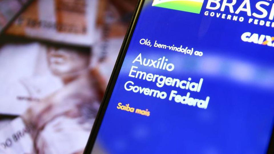 Contestar auxílio emergencial sem advogado: celular com página do auxílio emergencial aberta