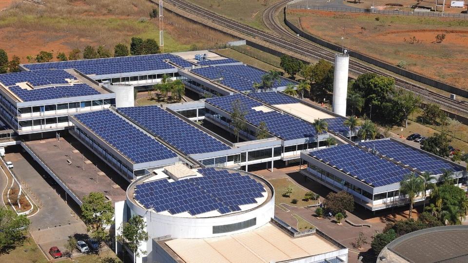 Justiça determina que a Caesb substitua terceirizados por concursados: panorama de usina minigeradora fotovoltaica, em Águas Claras
