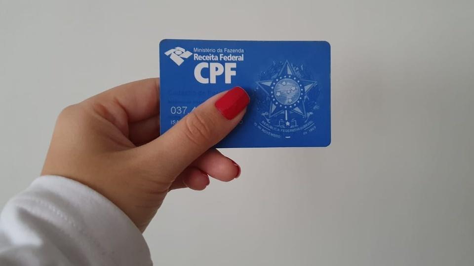 Justiça suspende regularização do CPF para sacar o auxílio emergencial: segurando o cartão do CPF