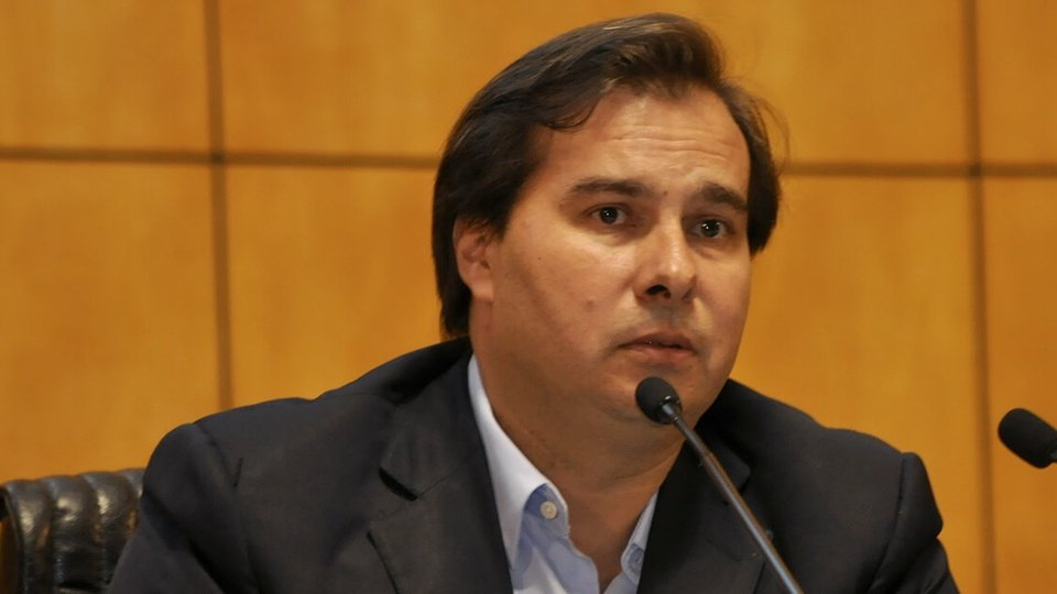Proposta da Reforma Administrativa em 2020: enquadramento médio em Rodrigo Maia. É possível ver um microfone em sua frente