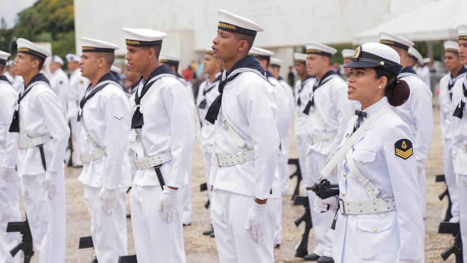 Processo seletivo Marinha Mercante: imagem de vários profissionais da Marinha do Brasil perfilados