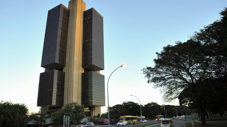 Mercado melhora previsão do PIB brasileiro, prédio do banco Central