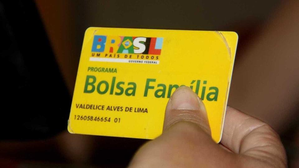 Ampliação do Bolsa Família: enquadramento em mão segurando cartão do Bolsa Família