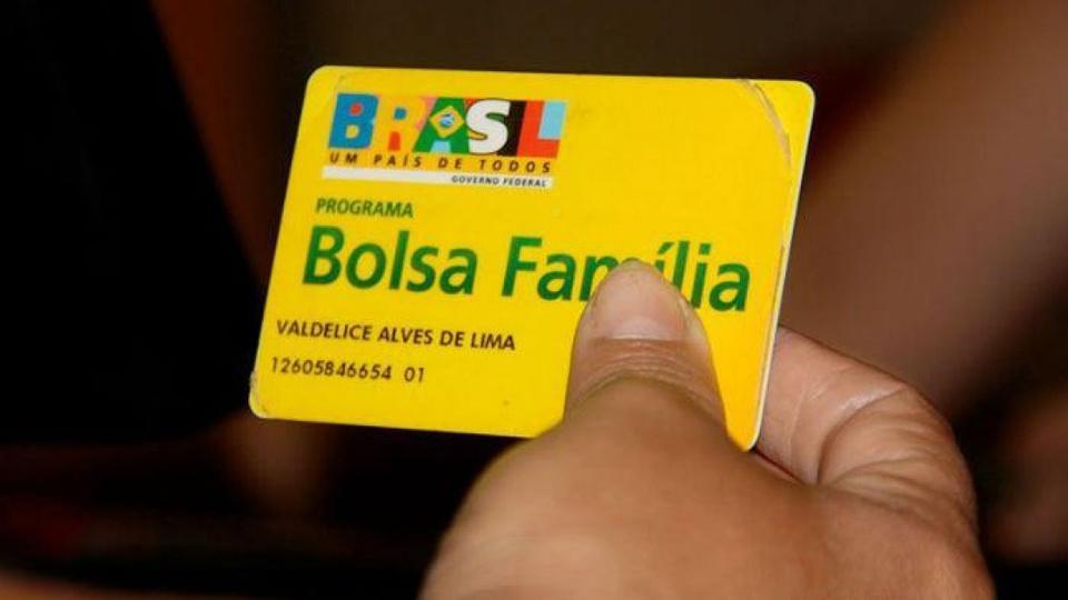 bolsa família cadastro aplicativo: enquadramento em mão segurando cartão do Bolsa Família