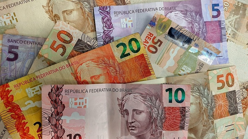 FGTS Emergencial: várias notas de dinheiro espalhadas