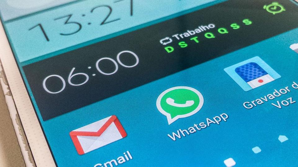 Novo golpe no WhatsApp: tela de celular em que é possível ver o ícone do WhatsApp