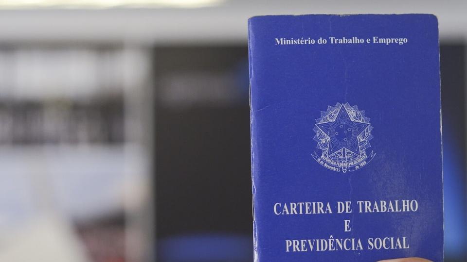 Empregos a beneficiários do Renda Brasil: enquadramento fechado na capa de uma carteira de trabalho