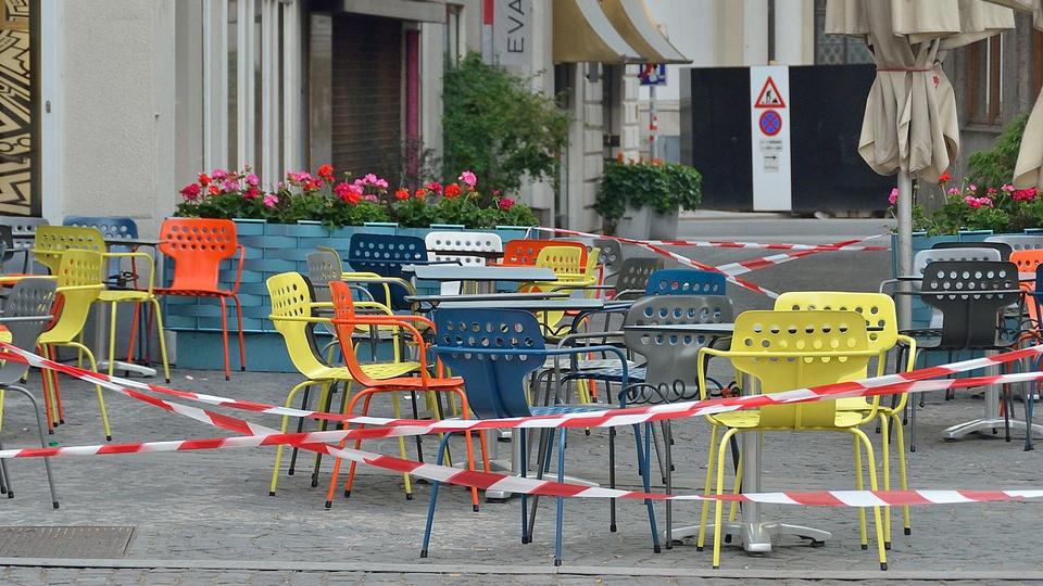 Novos decretos de lockdown podem influenciar os concursos: cadeiras abandonadas em rua
