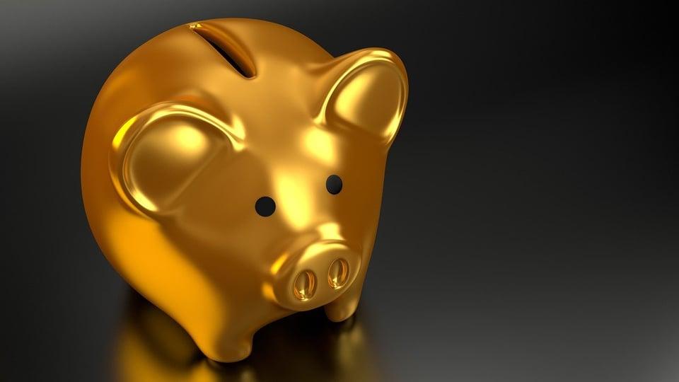 Número de depósitos na poupança supera saques e bate recorde em junho, cofre em formato de porco