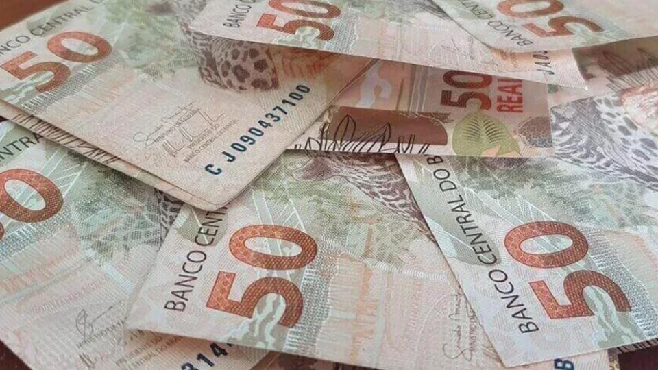 Pagamento do auxílio emergencial: notas de 50 reais embaralhadas