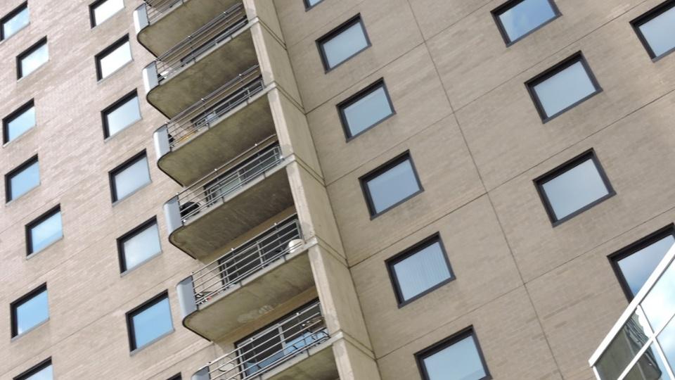 QuintoAndar cobriu R$ 50 mi em aluguéis atrasados: enquadramento fechado em parte externa de prédio