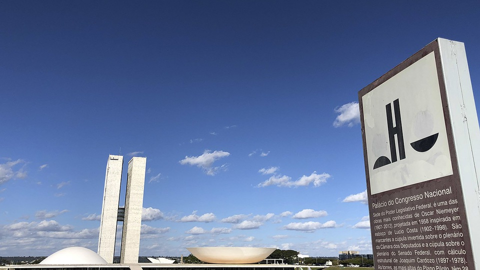 novos critérios em concursos públicos: a imagem mostra os prédios do congresso nacional ao fundo e totem do congresso à frente