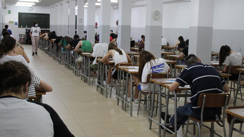 PEC Emergencial: concursos podem ser proibidos temporariamente, pessoas durante prova
