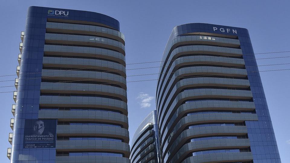 Pedidos negados do auxílio: fachada dos prédios da DPU e da Procuradoria-Geral da Fazenda Nacional (PGFN), em Brasília