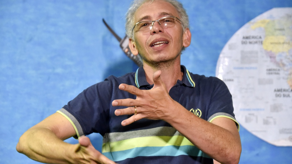 PL quer tornar o ensino de Libras obrigatório para todos os alunos, homem conversando em Libras