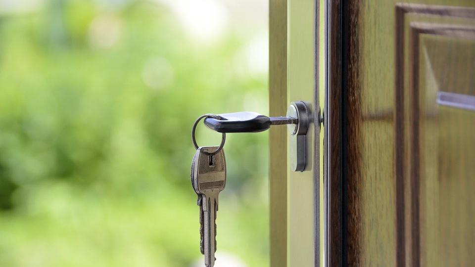 preço do aluguel: a imagem mostra chave na porta