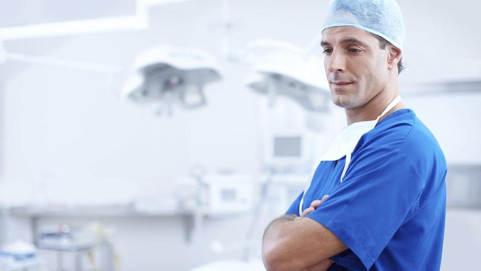 Concurso Prefeitura de Américo Brasiliense: a foto mostra um médico em ambiente de trabalho