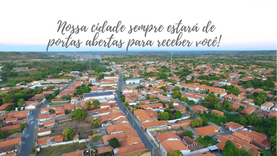 Prefeitura de Angical do Piauí: #PraCegoVer a foto mostra uma visão aérea panorâmica do município de angical do piauí, com casas, árvores, céu azul e as ruas da cidade