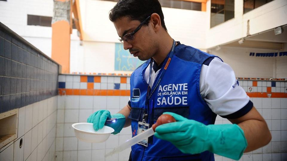 Prefeitura de Anta Gorda: a foto mostra o servidor atuando como agente comunitário de saúde