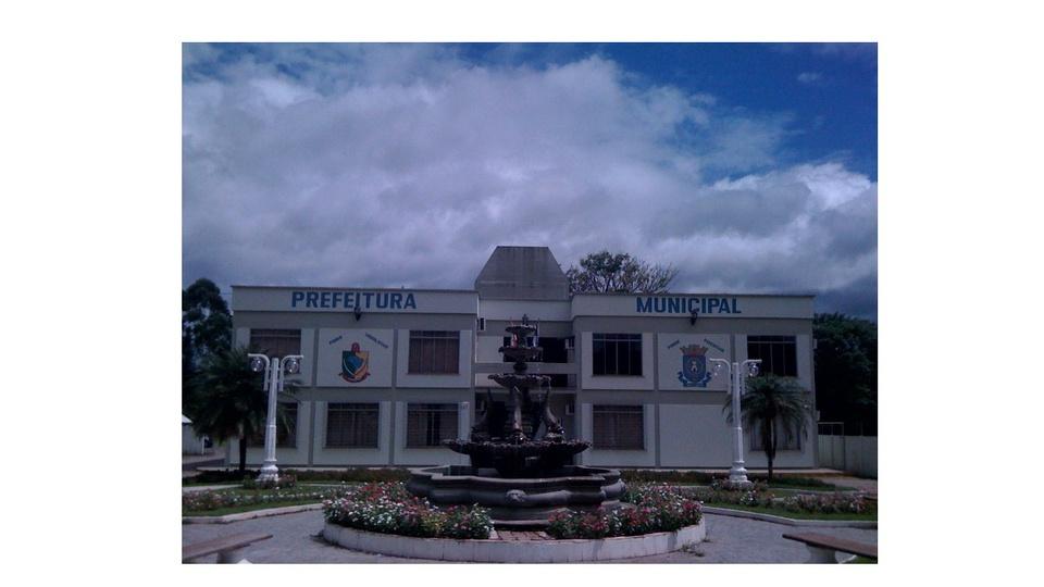 Prefeitura de Ascurra - SC: a foto mostra a prefeitura municipal de Ascurra e a praça Prefeito Eugênio Poffo