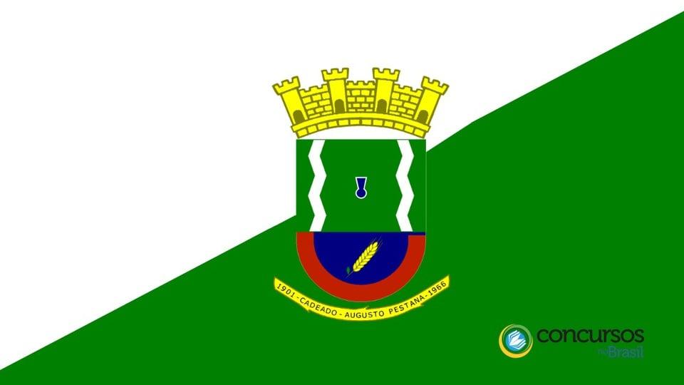 Processo seletivo Prefeitura de Augusto Pestana: bandeira do município de Augusto Pestana. Na parte inferior direita da bandeira, está o logotipo do site Concursos no Brasil