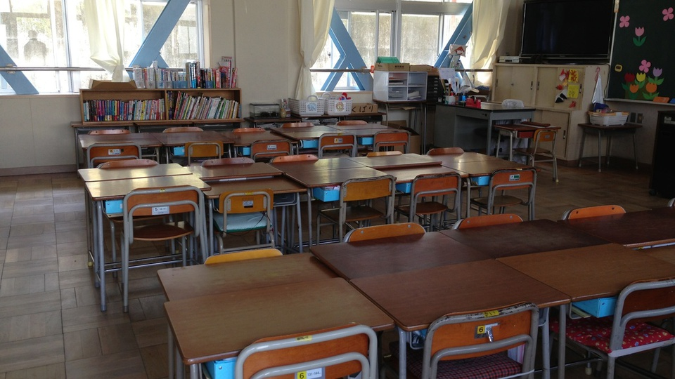Processo Seletivo Prefeitura de Barra do Choça - BA: sala de aula com carteiras e mesas