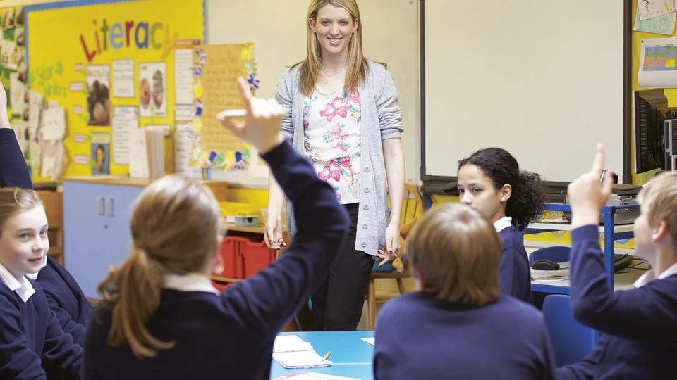 Prefeitura de Batayporã: professora em sala de aula com os alunos
