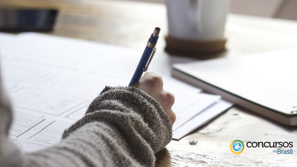 Processo seletivo Boa Vista do Buricá - uma mão escrevendo