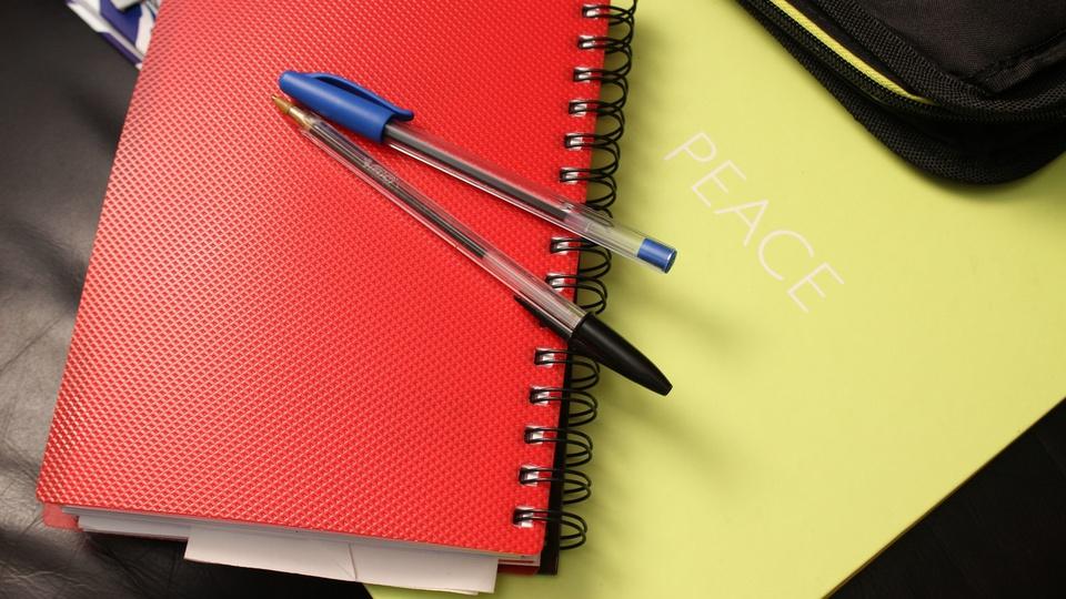 Prefeitura de Caçapava do Sul - RS: caderno e lápis em cima de mesa