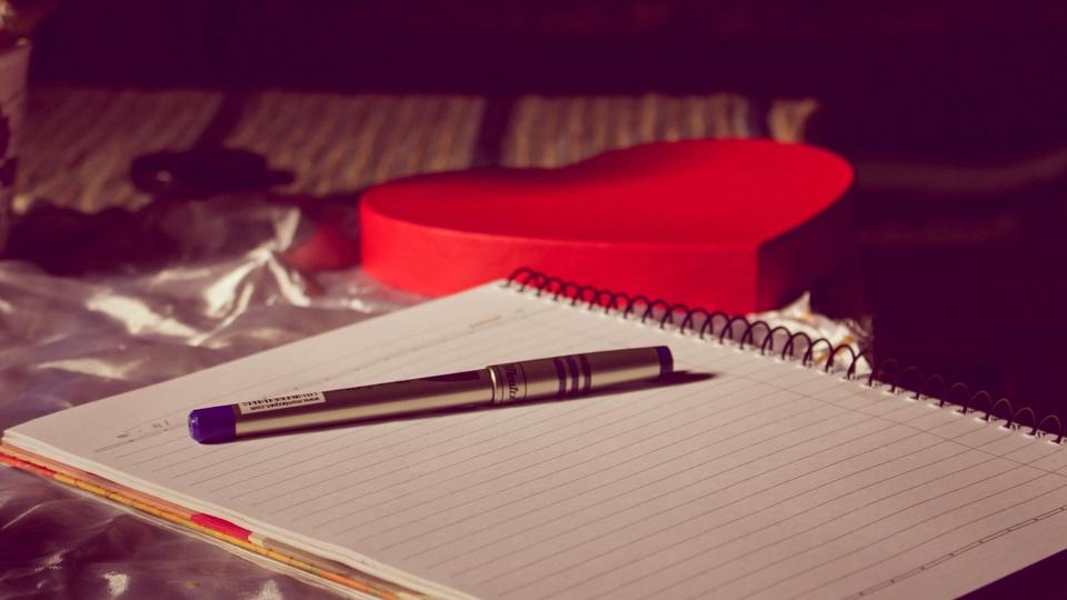 Processo seletivo Prefeitura de Campestre da Serra - RS, caneta em cima de um caderno