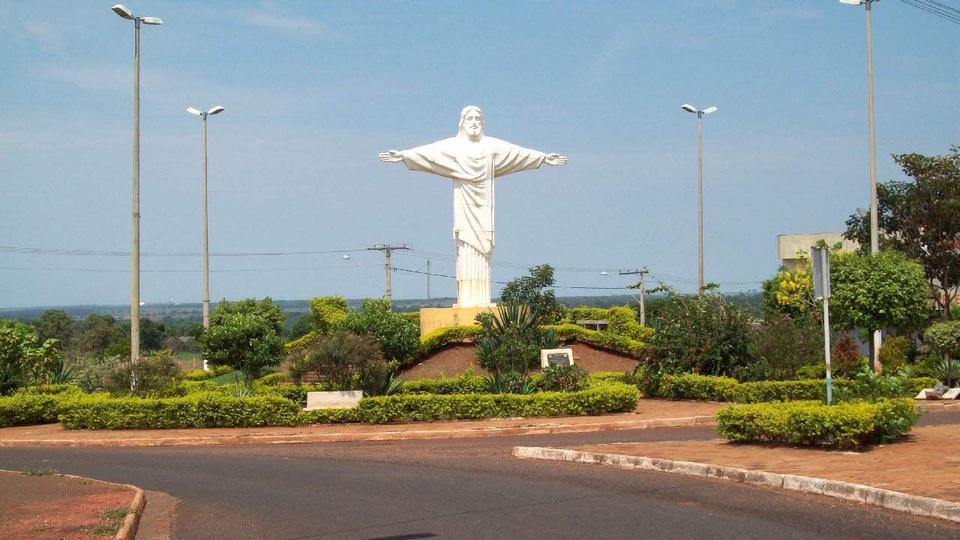 Prefeitura de Carneirinho - Minas Gerais: a foto mostra estátua do cristo redentor em carneirinho minas gerais, brasil.