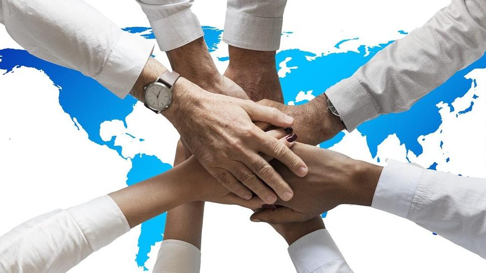 Prefeitura de Cônego Marinho - MG: a foto mostra mãos dadas em círculo, com várias pessoas