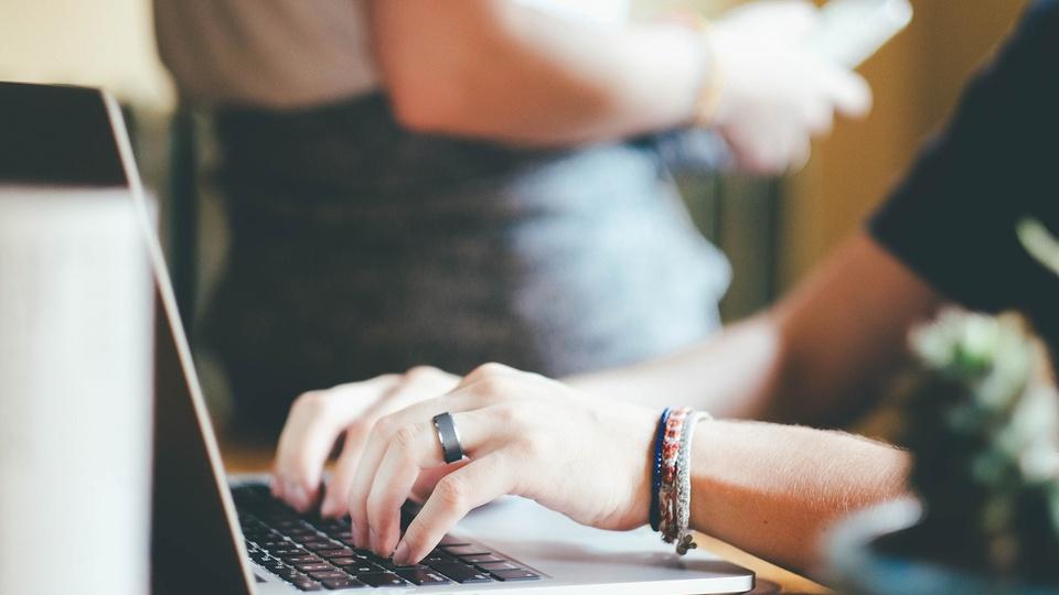 Processo seletivo Prefeitura de Feliz Natal - MT: foco em mãos digitando em teclado de notebook