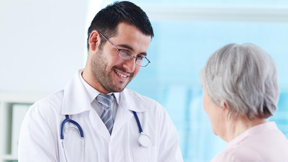 Prefeitura de Glória do Goitá: médico conversando com uma senhora