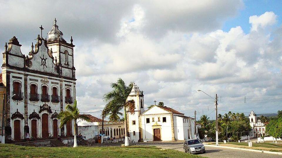 Processo seletivo Prefeitura de Igarassu - PE: a foto mostra parte de algumas construções históricas da cidade de Igarassu, principalmente igrejas católicas