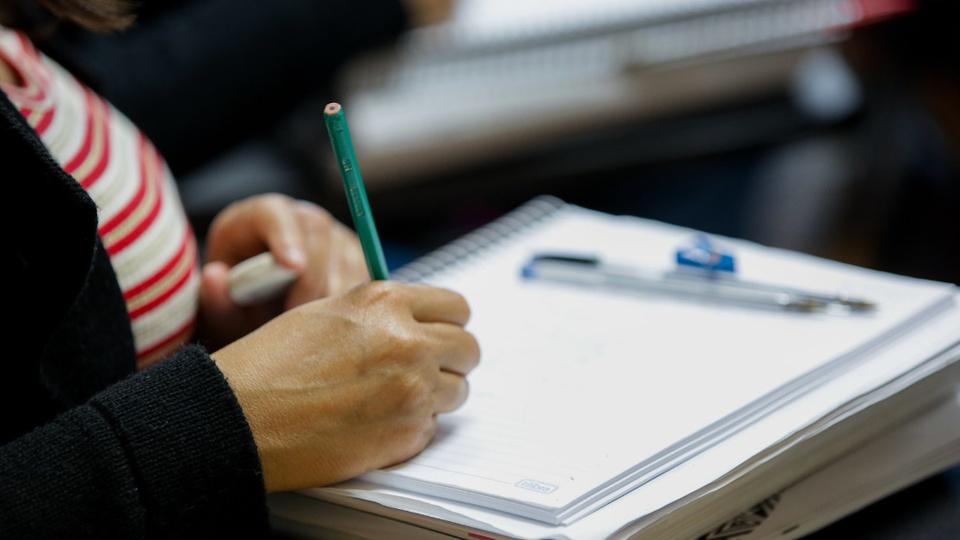 Processo seletivo Prefeitura de Iraceminha: a foto mostra enquadramento em mão escrevendo em caderno