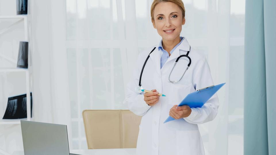 Prefeitura de Jaboticabal: imagem de uma médica em um consultório segurando uma prancheta
