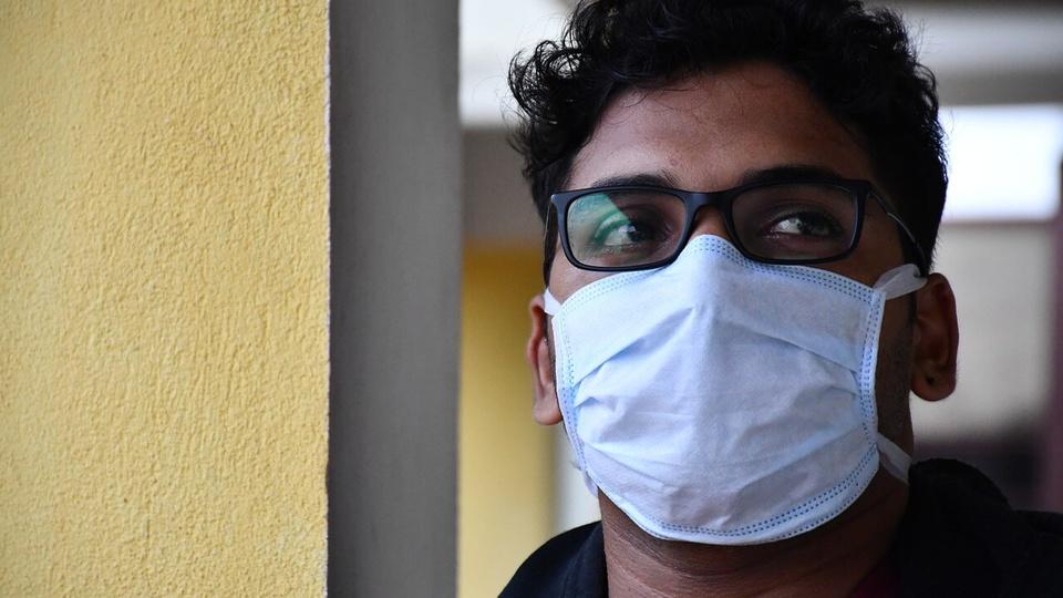 Processo seletivo Prefeitura de Luciara: homem de óculos usando máscara cirúrgica