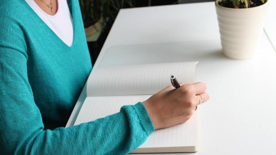 processo seletivo Prefeitura de Maracaí: a imagem mostra pessoa escrevendo algo em caderno