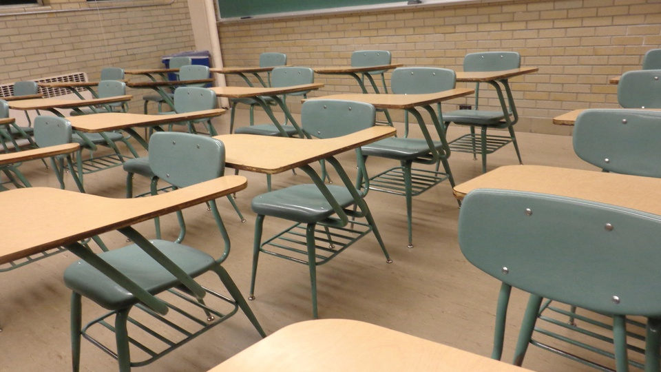 Processo seletivo Prefeitura de Maragogi - AL: sala de aula com carteiras vazias