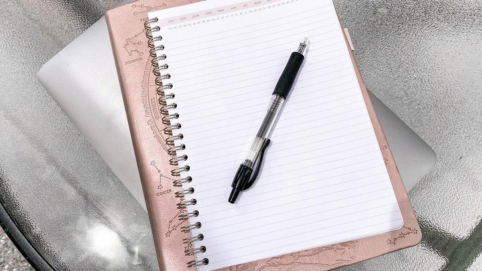 Prefeitura de Palhoça: a foto mostra caderno ou diário e lápis ou caneta