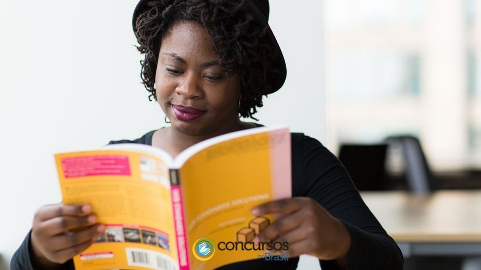 Prefeitura de Paula Freitas: mulher lê livro