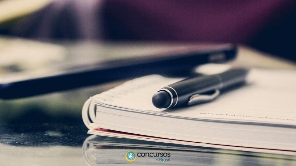 Processo seletivo Prefeitura de Pouso Redondo - SC: caneta preta sobre caderno aberto