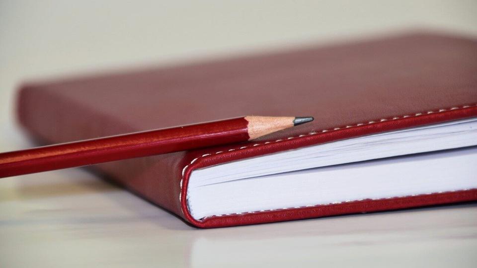 Prefeitura de Rolim de Moura - RO: caderno e lápis vermelhos