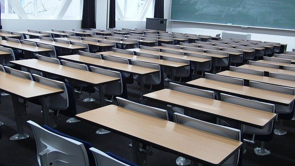 Prefeitura de Santa Luzia d'Oeste: imagem de uma sala de aula vazia. Várias classes aparecem na foto e ao fundo há um quadro-negro