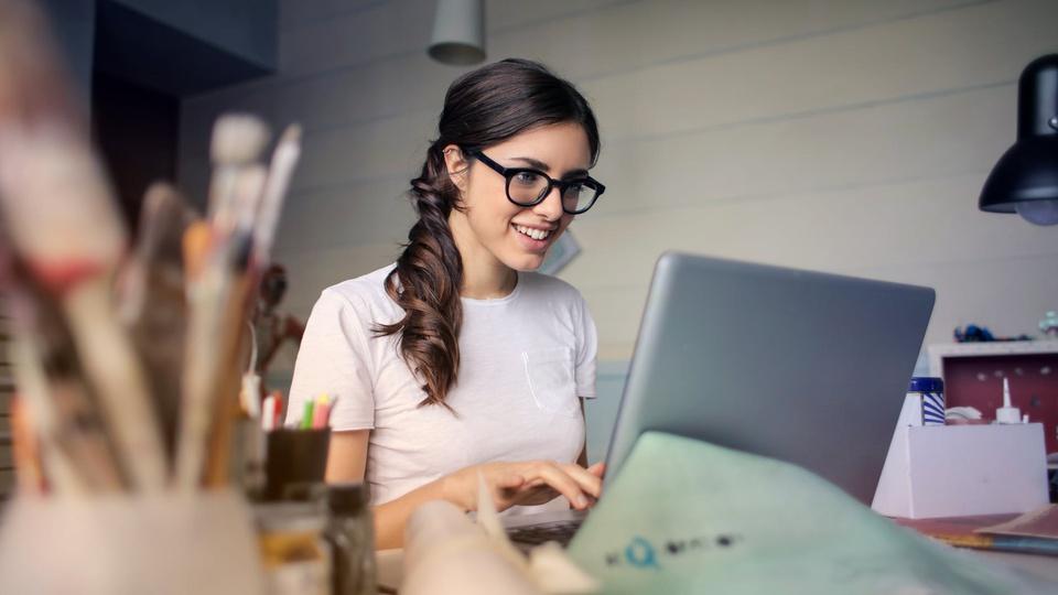 Prefeitura de São Gabriel do Oeste - MS: mulher sorridente utilizando o computador
