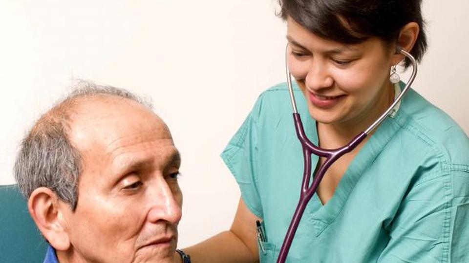 Prefeitura de São José dos Pinhais - PR: a foto mostra uma consulta médica com um paciente idoso