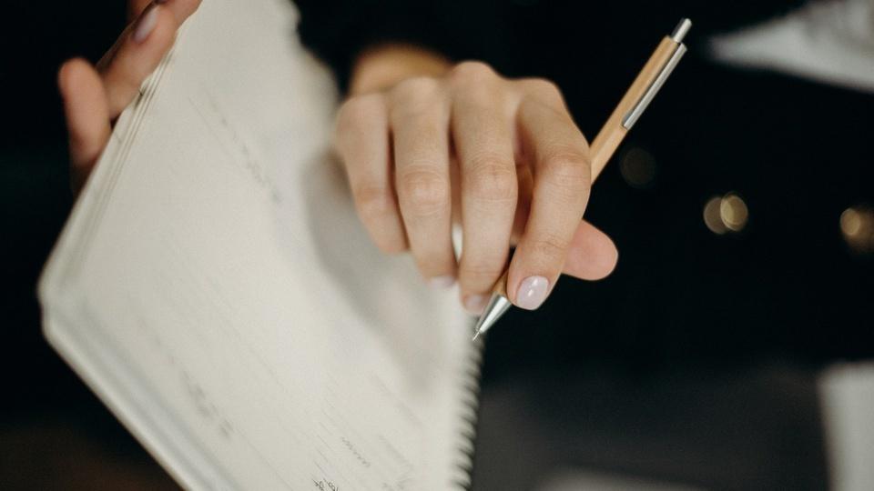Prefeitura de São Valério do Sul - RS: imagem mostra uma pessoa escrevendo em uma apostila